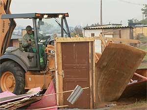 Máquina derruba barraco em área de reintegração de posse em Hortolândia (Foto: Reprodução EPTV)