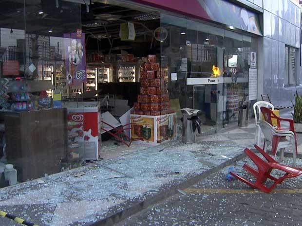 Caixa eletrônico foi explodido na madrugada desta quinta-feira (Foto: Imagem/TV Bahia)