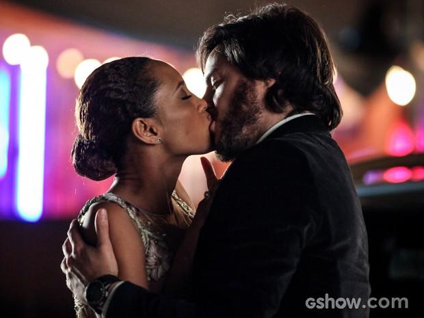 Herval não resiste e dá o maior beijão em Verônica (Foto: Camila Camacho/TV Globo)