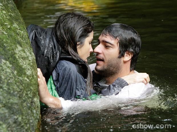 Quanta atração! Manu quase se afoga, mas Davi chega para salvá-la (Foto: Fábio Rocha/TV Globo)