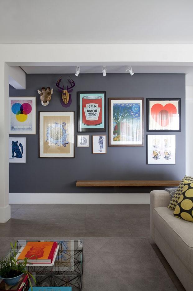 Detalhes vintage ditam decoração do primeiro apartamento de jovem casal (Foto: Divulgação)