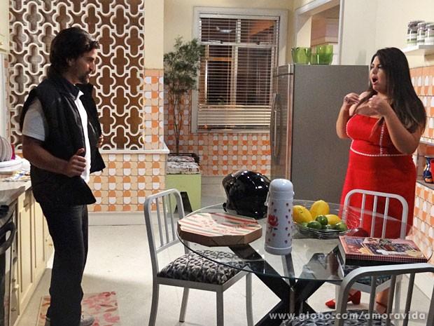 Perséfone fica de queixo caído com atitude do entregador (Foto: Amor à Vida/ TV Globo)