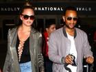 Chrissy Teigen usa figurino nada básico para viajar com John Legend