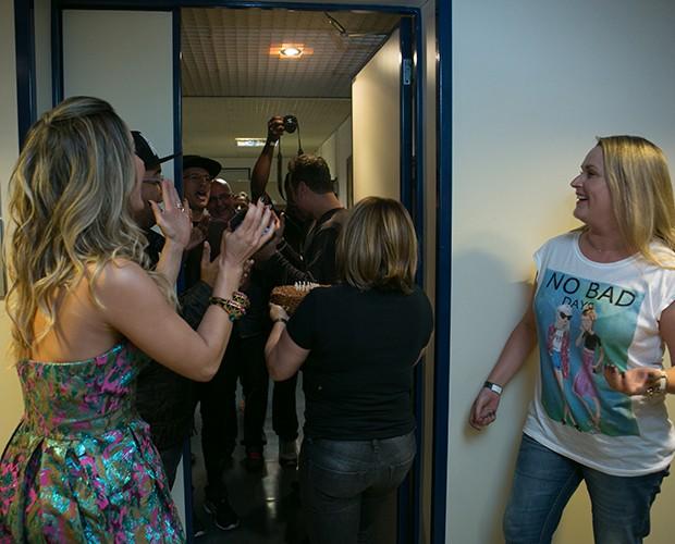 Hoje é festa lá... no camarim da Claudia! Leitte faz bagunça com equipe e amigos (Foto: Isabella Pinheiro/Gshow)