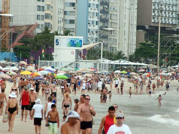 Banhistas tomam as areias de Copacabana aproveitando o feriado de Natal nesta quarta-feira (25). (Foto: Lucas Rezende/Futura Press/Estadão Conteúdo)