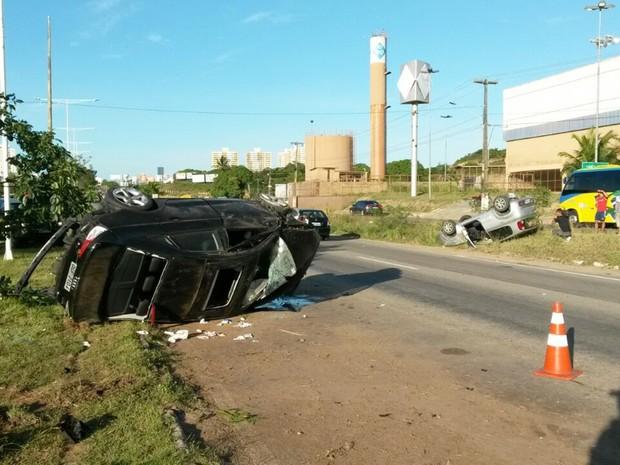 Carros colidiram e capotaram em frente ao Sam's Clube, na BR-101, no sentido Natal-Parnamirim (Foto: Muriu Mesquita/Inter TV Cabugi)
