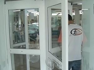 Porta giratória foi retirada de alguns bancos em Bauru e Itapetininga (Foto: Reprodução/TV Tem)
