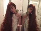 Miley Cyrus usa peruca e ostenta fios longos e ruivos