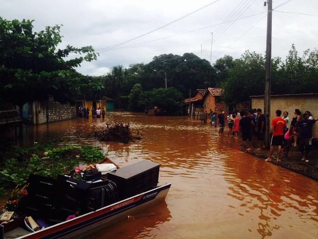 Após alagamento moradores do setor Jardim Querido tentam salvar os bens (Foto: Alexandre Alves/TV Anhanguera)
