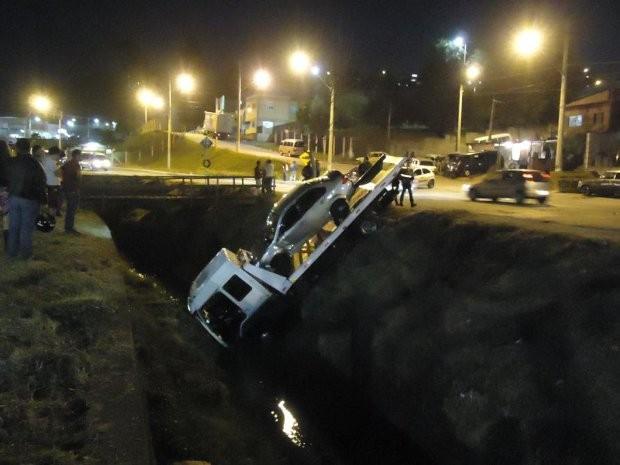 Ninguém ficou ferido e nenhum outro veículo foi atingido (Foto: São Roque Notícias)