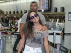 Anitta embarca de shortinho e com bolsa de quase R$ 7 mil para Salvador
