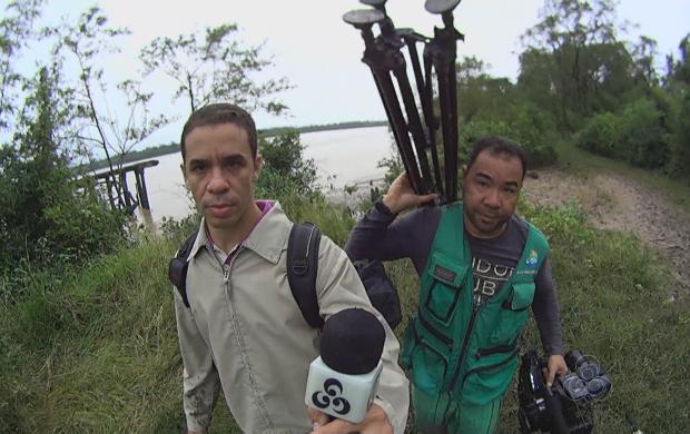 Repórter Jailson Santos e o cinegrafista Carlos Cardoso em busca da pororoca (Foto: Amapá TV)