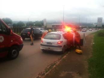 Policial faz a escolta do carro, enquanto bombeiros atendem a gestante (Foto: Polícia Rodoviária Federal/Divulgação)