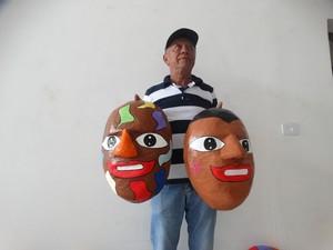 Artesão contou que produz em média 500 máscaras para o Carnaval (Foto: Kamylla Lima/G1 Caruaru)