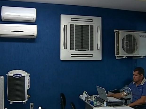 Loja especializada teve aumento de 50% na venda de ar condicionado (Foto: Reprodução/ TV TEM)
