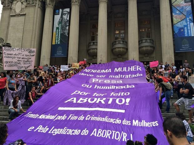 Grupo estendeu cartaz na escadaria da Alerj (Foto: Matheus Rodrigues / G1)