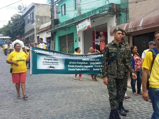 Mutirão tem a presença de agentes de saúde, militares e líderes comunitários (Foto: Cacyone Gomes/TV Globo)