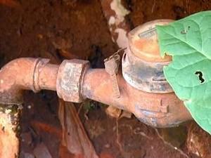 Piracicaba registrou aproximadamente 1.000 ligações clandestinas na rede de água por mês em 2013 (Foto: Ricardo Custódio/EPTV)