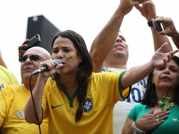 A cantora Wanessa Camargo fala ao público de cima de um caminhão de som na Avenida Paulista, em São Paulo, durante protesto contra o governo e a corrupção (Foto: William Volcov/Brazil Photo Press/Estadão Conteúdo)