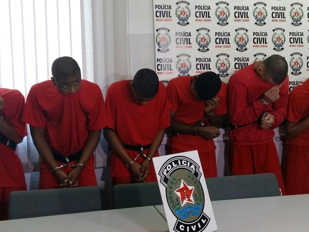 Sete suspeitos de assassinatos são presos e apresentados em Uberlândia (Foto: Caroline Aleixo/G1)