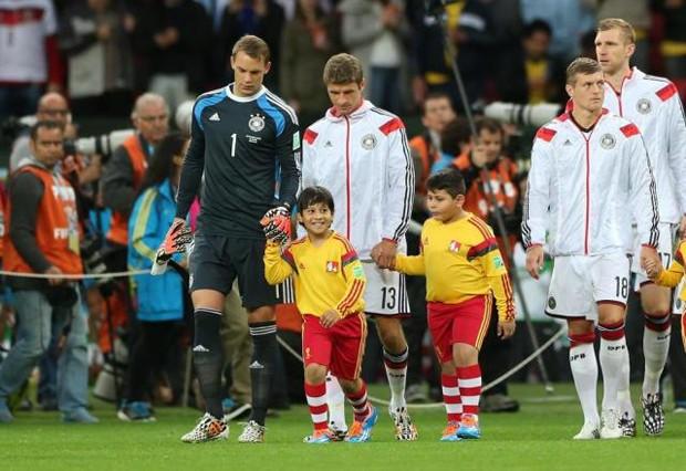 Menino realizou sonho ao entrar em campo com a seleção da Alemanha em Porto Alegre (Foto: Foto: Diego Vara/Agência RBS)