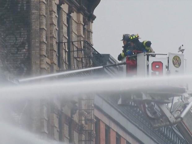 Bombeiros trabalham para combater incêndio em prédio no East Village, no distrito de Manhattan, em Nova York (Foto: Reprodução/Globo News)