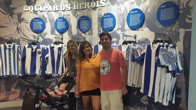 Nina e o esposo na loja do museu do clube lusitano Porto F.C. (Foto: Arquivo Pessoal)