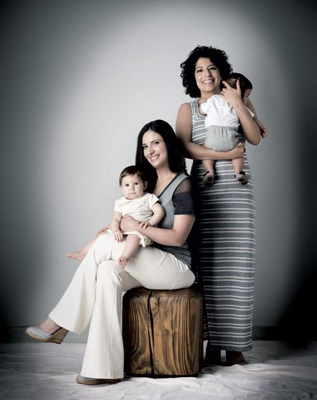 Ana Maria Navajas com a filha Helena e Juliana Alves com Oscar. Vítimas de endometriose, a primeira enfrentou um tratamento que simula a menopausa e a segunda, uma cirurgia (Foto: Marcio Scavone)