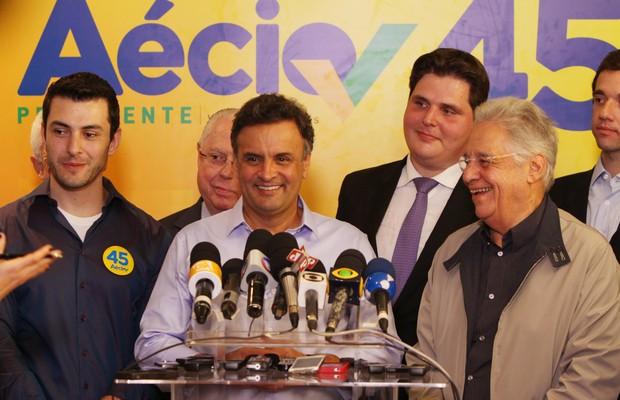 Aécio Neves (PSDB) convocou coletiva para mostrar, ao lado de FHC, que não entregou os pontos (Foto: Orlando Brito/Divulgação)