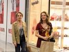 Glória Menezes faz compras em shopping no Rio com a filha