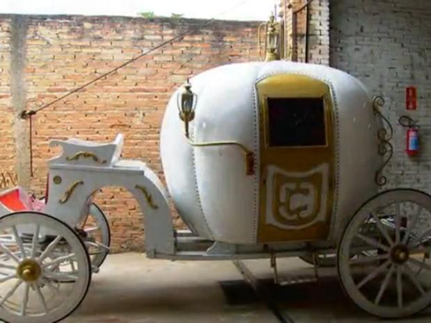 Fábrica de Jundiaí construiu réplica da carruagem da Cinderela (Foto: Reprodução/TV Tem)