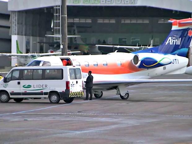 Zagueiro Neto retorna ao Brasil após tragédia com voo da Chapecoense