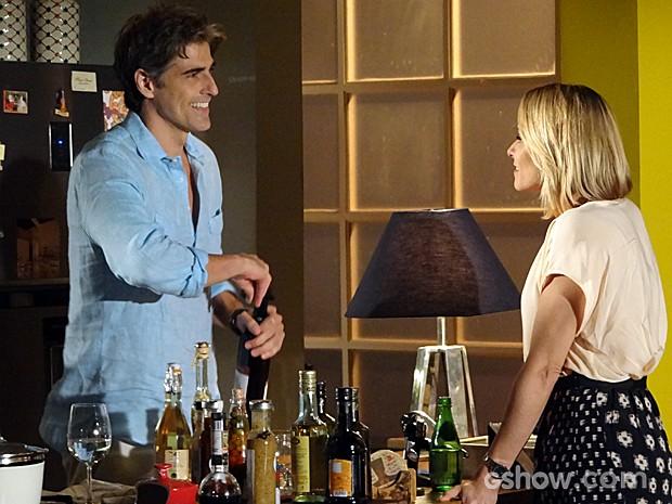 Silvia chega animada para visitar Cadu e leva um vinho (Foto: Em Família / TV Globo)