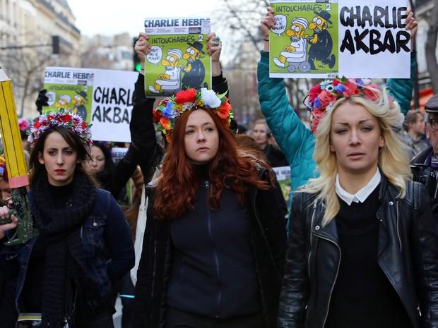 Ativistas do grupo Femen, que luta pelos direitos das mulheres, são vistas na Praça da República de Paris antes da marcha pela liberdade marcada para este domingo (Foto: Loic Venance/AFP)