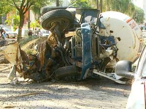 Motorista morreu com a colisão da betoneira (Foto: Reprodução / EPTV)