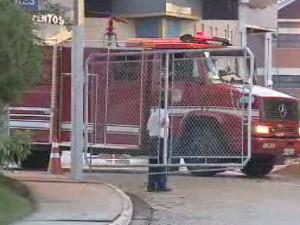 Bombeiros deixam a Univap em São José dos Campos. (Foto: Reprodução/TV Vanguarda)