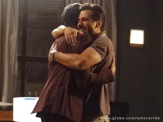 Jacques fica feliz com notícia de Félix (Foto: Amor à Vida / TV Globo)