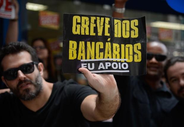 Bancários em greve protestam diante de agência fechada no Rio de Janeiro ; greve dos bancos (Foto: Fernando Frazão/Agência Brasil)