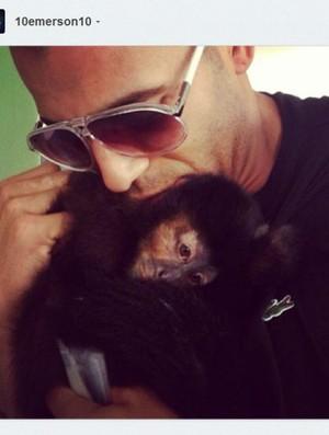 Emerson Sheik curte a folga com Cuta, sua macaca de estimação (Foto: reprodução)