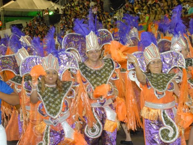 Unidos do Buritizal abriu a segunda noite do desfile das escolas de samba, no AP (Foto: Gabriel Penha/G1-AP)