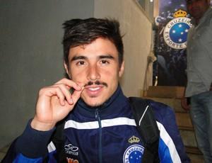 Willian brinca com bigode que é sucesso no Cruzeiro (Foto: Maurício Paulucci / Globoesporte.com)