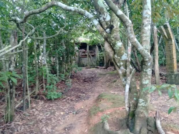 Mulher era mantida em cárcere privado em local ermo e sem condições de higiene (Foto: Polícia Civil/Divulgação)