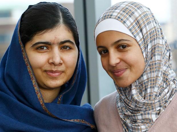 Malala Yousefzai (esquerda) posa ao lado da refugiada síria Muzoon Almellehan na Biblioteca Municipal em Newcastle Upon Tyne, na Inglaterra, na terça (22) (Foto: Reuters/Darren Staples)