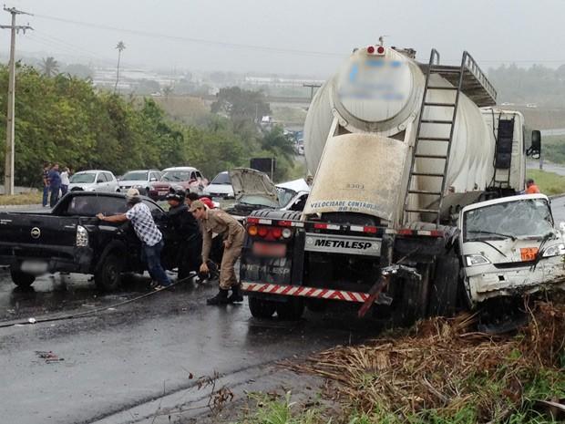 Um engavetamento na BR-230 sentido João Pessoa-Bayeux, envolvendo pelo menos quatro caminhões e cinco carros deixou o trânsito congestionado na manhã desta terça-feira (2) (Foto: Walter Paparazzo/G1)