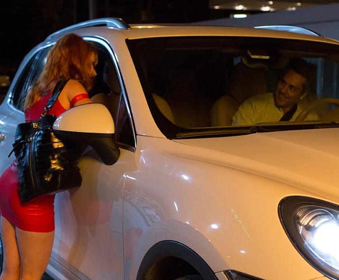 Romero cai na balada e sai com garota de programa (Foto: Felipe Monteiro/Gshow)