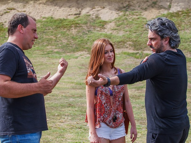 Diretor geral André Felipe Binder ensaia com Alexandre Nero e Marina Ruy Barbosa (Foto: Artur Meninea/Gshow)