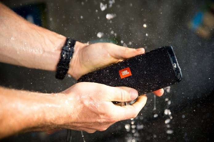 Novo JBL Flip3 pode ser lavado em água corrente (Divulgação/JBL) (Foto: Novo JBL Flip3 pode ser lavado em água corrente (Divulgação/JBL))
