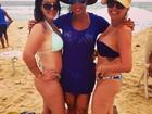Gracyanne Barbosa vai a praia com as amigas