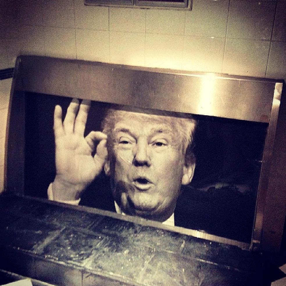 Mictório com foto de Trump no pub Adelphi, em Dublin (Foto: Instagram)
