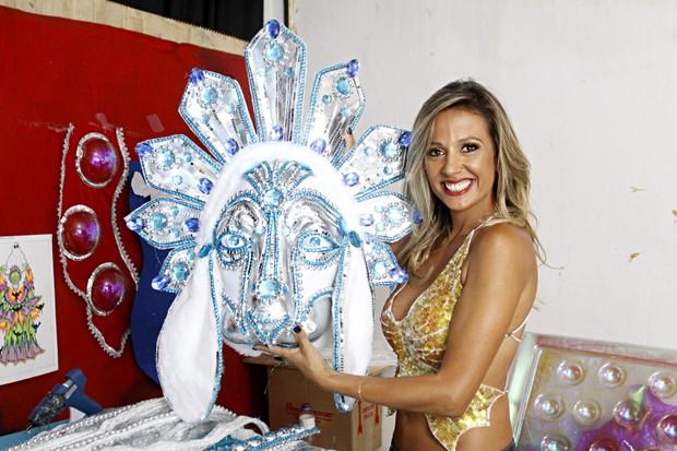 Luisa Mell com adereço que vai enfeitar uma das alegorias da Águia de Ouro (Foto: Celso Tavares/EGO)